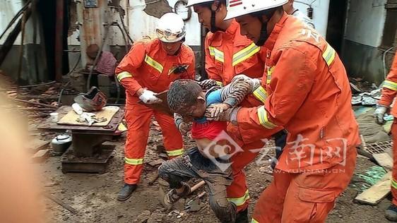消防部队徒手挖出一名被埋压男孩