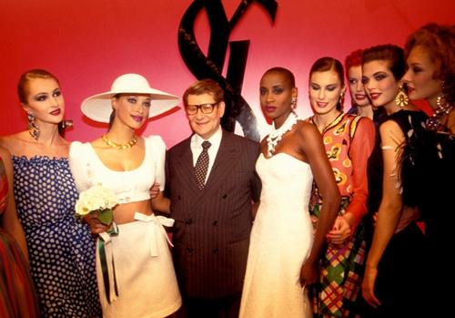 (伊夫圣罗兰(Yves Saint Laurent)与模特们在一起)
