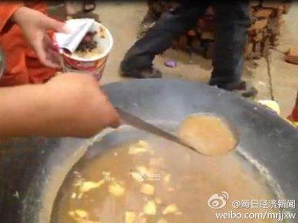 """4日,一组有关云南鲁甸地震""""重灾区龙头山镇物资缺乏,救援人员用图片"""
