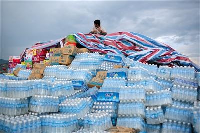 昨日,云南昭通机场,等待运送到灾区的物资。新京报记者 侯少卿 摄