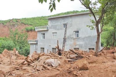 水泥房子没事,土坯房子倒了。