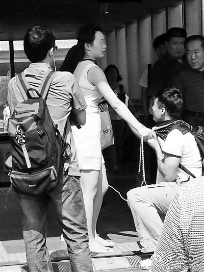 男子偷拍女生当场被抓获