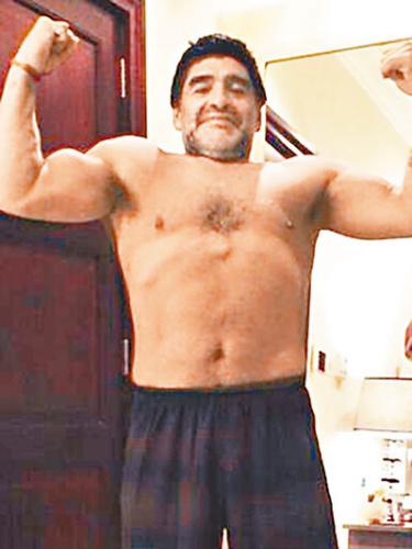 马拉多纳减肥成功秀肌肉。香港《文汇报》