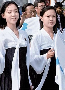 2005年9月,作为仁川亚洲田径锦标赛朝鲜啦啦队一员来韩的李雪主(右)