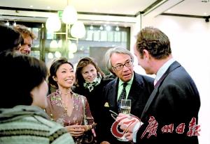 十年来,拯救中国虎国际基金会通过各种途径募集基金,而全莉本人更是频频亮相(左一女
