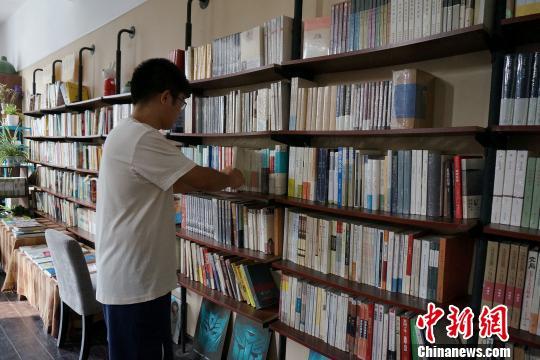 每天整理书籍不仅是秦博的工作,更成为他生活的一部分。 马义恒 摄