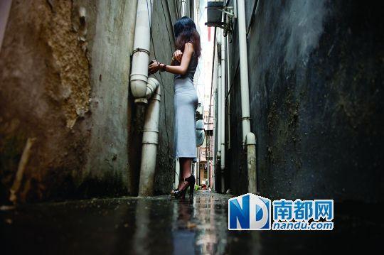 东城涡岭市场附近,小莉指认就是在这条小巷被强暴。