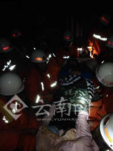 消防官兵接力救出孕妇