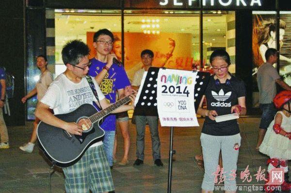 初中生乐队街头演唱募捐200元   昨天中午南京最高气温达到35℃,南图片