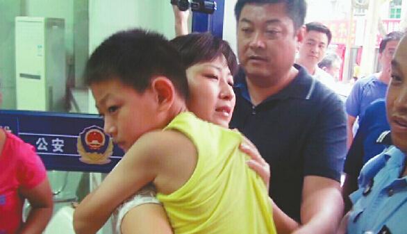 济南/被解救的男童与家人团聚 (视频截图警方提供)