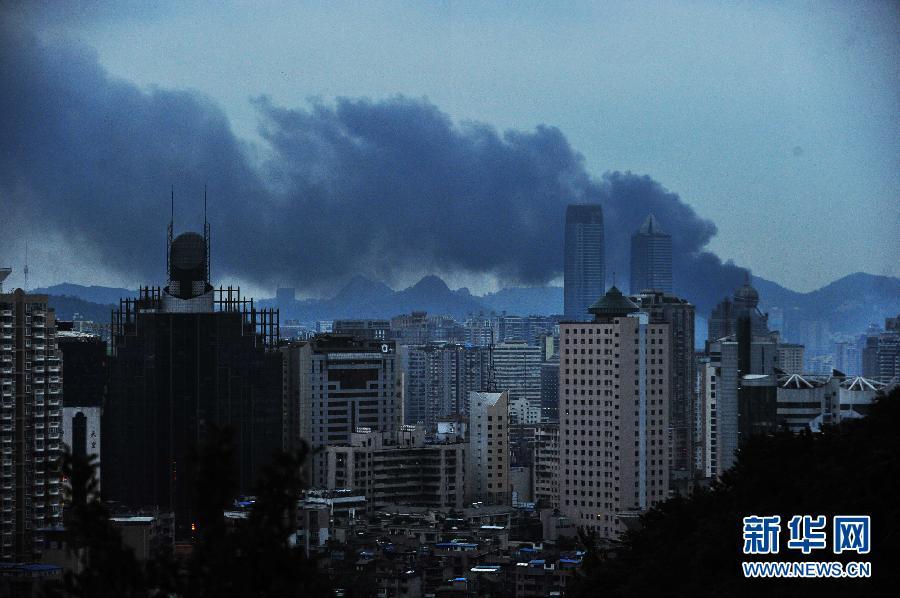 贵阳/8月7日,起火的贵阳建材市场冒出浓烟。