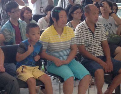 小斌斌(前排左一)到深圳眼科医院覆诊。香港电台网站