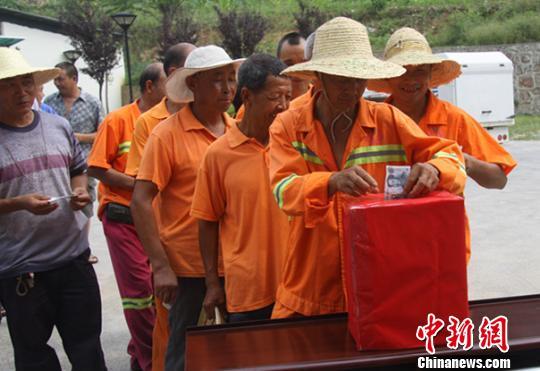 图为北川各界民众向云南鲁甸灾区捐款。 邓军 摄