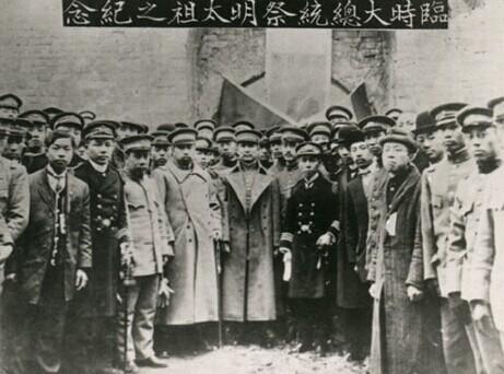 辛亥革命成功后,孙中山率新政府官员祭拜明孝陵,以示反清已成