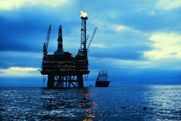 资料图:海上油田。