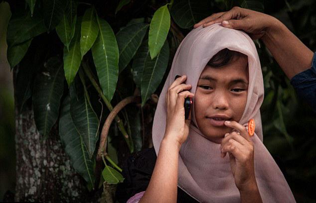 女孩 家人/印尼女孩被海啸卷走10年后与家人团聚(组图)