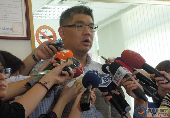 图为连胜文接受采访,称沈富雄是台湾政坛令人敬重的前辈。台湾东森新闻云