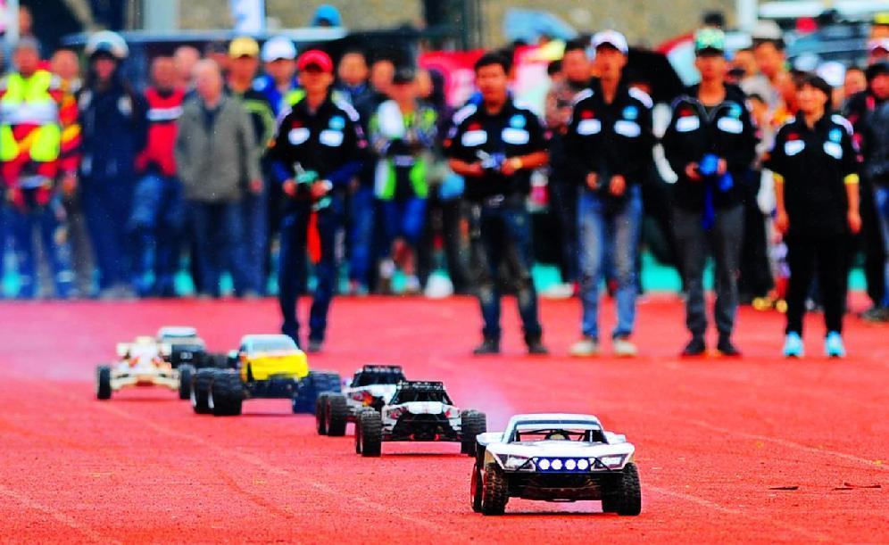 2014中国·青海共和高原汽车摩托车越野拉力赛开幕式上车手们正在进行特技表演