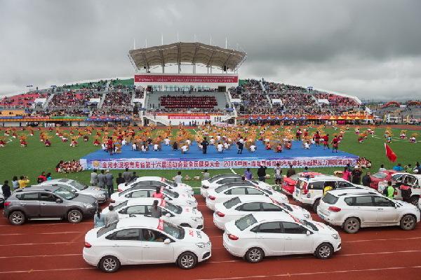 青海省第十六届运动会暨全民健身大会--中国·青海共和高原汽车摩托车越野拉力赛开幕式上极富民族特色的歌舞表演。
