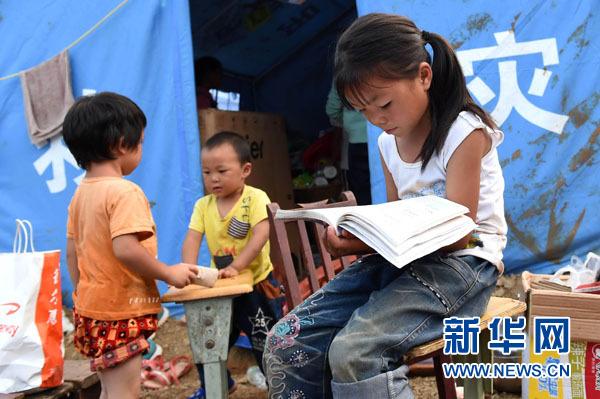 8月9日,在震中云南鲁甸龙头山镇骡马口,唐绍虎和父亲唐昌权在整理废墟。新华社记者邢广利摄