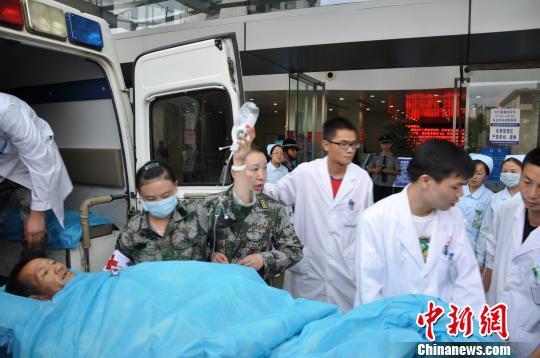 成都军区昆明总医院政委黄国林在飞机上协助转运伤员徐正清 马鑫 摄