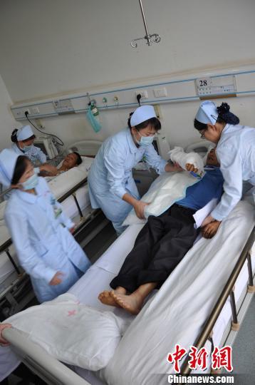 被送到病房的伤员徐正中、徐正清兄弟俩 马鑫 摄