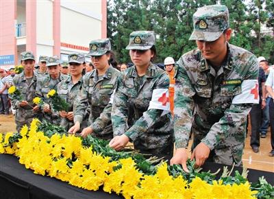 昨日,解放军第44医院的官兵为遇难者献花志哀。