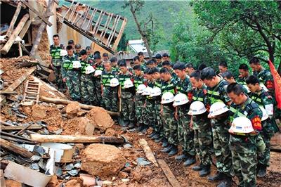 昨日,龙头山镇营盘村,云南省公安边防总队救援队官兵默哀悼念遇难者。新华社发