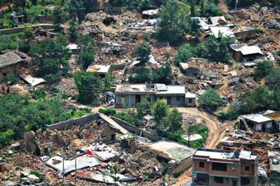 8月6日,从空中俯瞰鲁甸灾区,能够在震后保证不倒的房屋屈指可数。新京报记者 侯少卿 摄