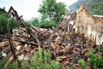 土房坍塌后,木架成了最高的建筑。新京报记者 侯少卿 摄
