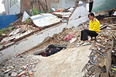 震后,灾民想进入房屋坍塌的废墟并不容易。 新京报记者 周岗峰 摄