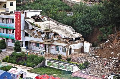 垮塌的小学教学楼,三层几乎成了一层半。 新京报记者 周岗峰 摄