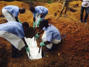 在塞拉利昂,人们掩埋埃博拉患者的遗体。