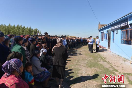 塔城地区公安局党委班子来到额玛勒郭楞乡慰问木哈买提巴依・革命汉家属。 丁飞 摄