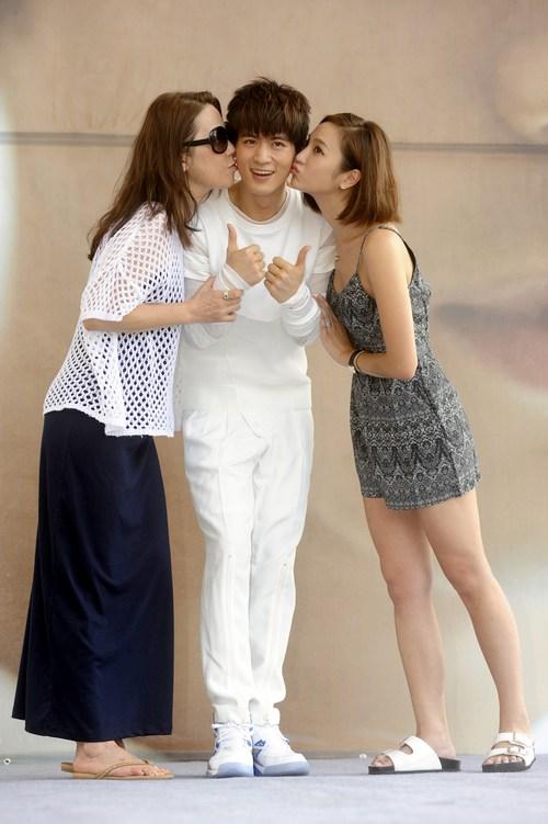 妈妈和姐姐献吻