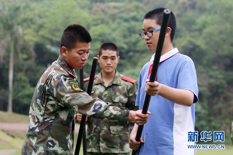 边防官兵指导学生使用应急棍