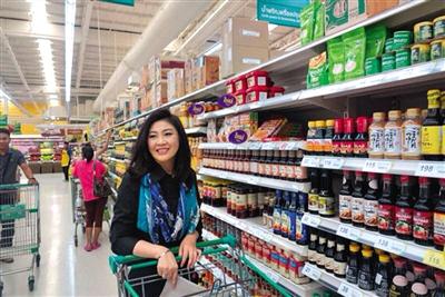 8月11日上午,英拉在曼谷一家超市购物被网友拍照。