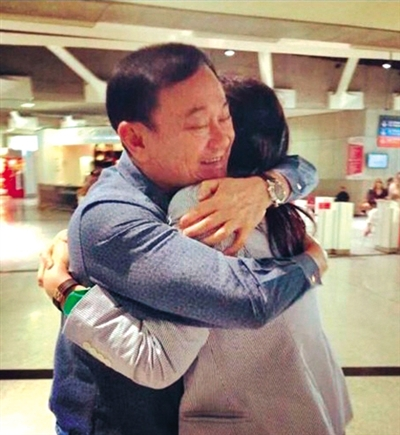 英拉抵巴黎,他信的儿子在社交网站发布英拉与哥哥团聚相拥的照片。