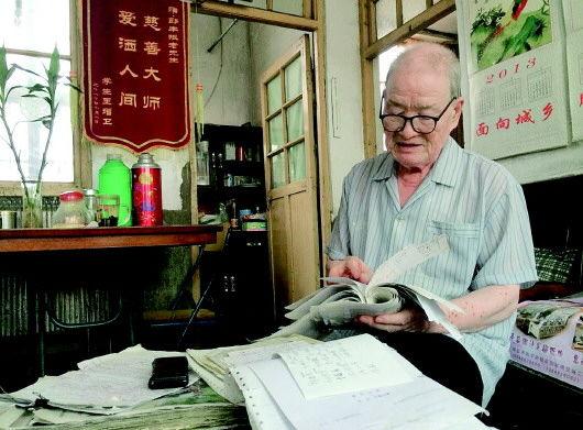 老人的纸条记录了28年来资助过的73名农村学子。