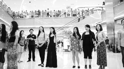 """国家大剧院合唱团在商场玩""""快闪""""(资料图)"""