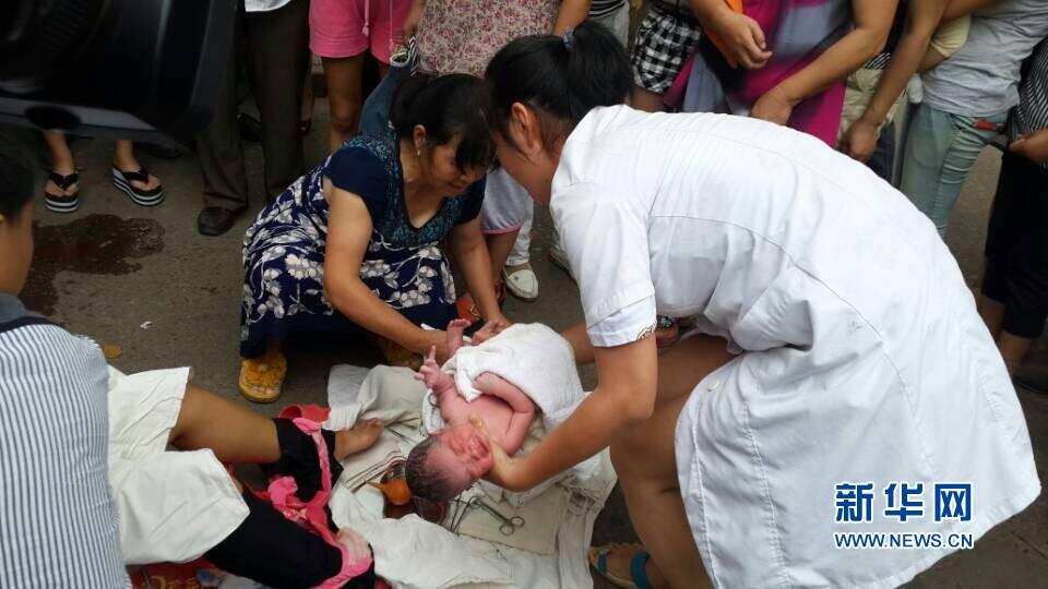 昨天上午10点多,衢州江山市区汽车南站的公交站台上,随着哇、哇的一阵啼哭声,一名健康男婴出生了。无论是围成人墙的民警,还是站在外围关切的市民,揪着的心总算放了下来。孩子的母亲罗女士是江山坛石镇郭丰村人,昨天,她本来是要到江山人民医院待产的。哪知孩子心急,妈妈还在去医院的公交车上,阵痛就提前发动了。罗女士只能中途下车,前后也就10几分钟,孩子就降生了。幸好有民警和热心市民帮忙,孩子的生产过程,惊险而温暖。图片来源:CFP