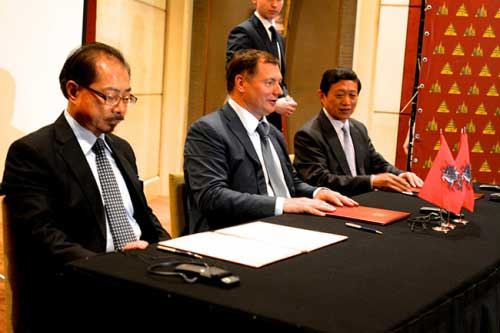 2014年5月,莫斯科市政府访华期间与中铁建及中国国际基金签署合作协议。图左为徐京华。