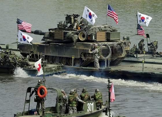 资料图:美韩两国军方联合渡江军演。
