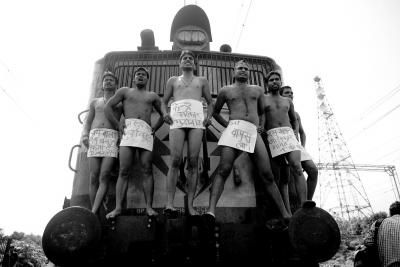 8月11日,印度阿拉哈巴德,社会党学生拦截火车示威,要求取消国家公务员能力测试(CSAT)。图/CFP