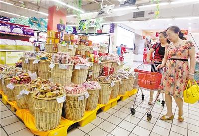 昨日,渝北区黄泥�Y某超市,顾客正在挑选月饼。 重庆晨报见习记者 雷键 摄