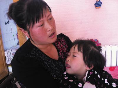 女儿病情虽有所好转,但市场的停业让王德娣的城里生活陷入困境。