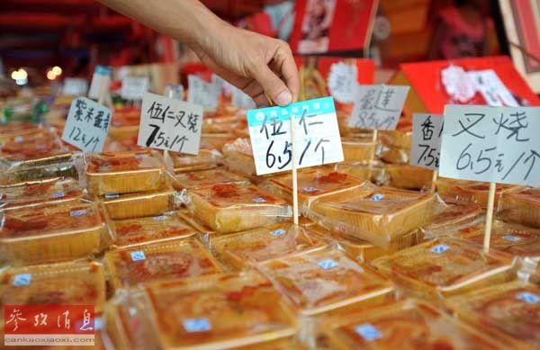 2月27日,在广西南宁市仙葫大道,一名月饼销售商在摆放简朴包装