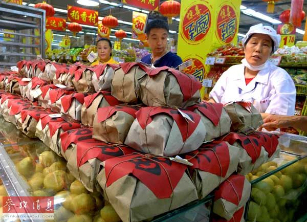 资料图片:北京市石景山区一家超市推出的简装月饼受到顾客欢迎(2013年9月12日摄)