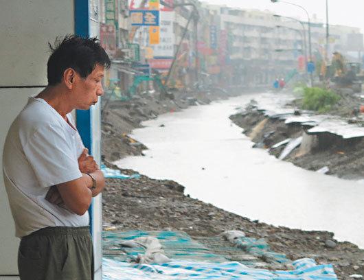 高雄市昨天整天下雨,灾区满目疮痍又被水攻,民众不知何时才能复原,脸上满是无奈。