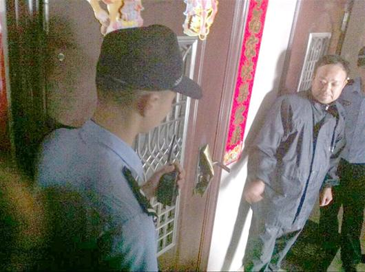民警与锁匠配合开门